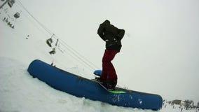 Snowboard en el tiempo nublado almacen de metraje de vídeo