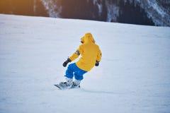 Snowboard en estación de esquí de las montañas Imágenes de archivo libres de regalías