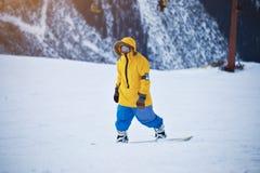 Snowboard en estación de esquí de las montañas Fotografía de archivo libre de regalías
