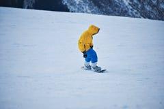 Snowboard en estación de esquí de las montañas Fotos de archivo