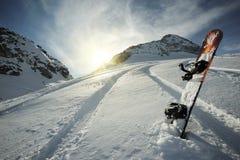 Snowboard en montañas Fotografía de archivo
