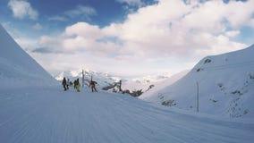 Snowboard en un día soleado Pasatiempo POV almacen de metraje de vídeo