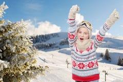 Snowboard feliz de la chica joven, esquiando en fondo Imagenes de archivo