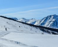 Snowboard giù il pendio dello sci fotografia stock