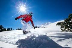 Snowboard i bergen Arkivfoto