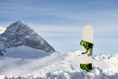 Snowboard i snölutning Royaltyfri Fotografi