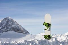 Snowboard i snölutning Royaltyfri Foto