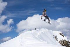 Snowboard jeźdza doskakiwanie na górach Krańcowy snowboard freeride sport Obraz Stock