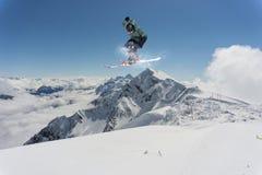 Snowboard jeźdza doskakiwanie na górach Krańcowy snowboard freeride sport Obraz Royalty Free