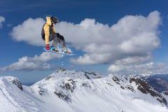 Snowboard jeźdza doskakiwanie na górach Krańcowy snowboard freeride sport Zdjęcie Royalty Free