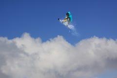 Snowboard jeźdza doskakiwanie na górach Krańcowy snowboard freeride sport Zdjęcia Stock