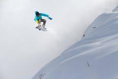 Snowboard jeźdza doskakiwanie na górach Krańcowy snowboard freeride sport Zdjęcie Stock