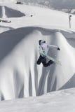 Snowboard jeźdza doskakiwanie na górach Krańcowy snowboard freeride sport Obrazy Stock