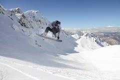 Snowboard jeźdza doskakiwanie na górach Krańcowy snowboard sport Zdjęcie Stock