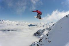 Snowboard jeźdza doskakiwanie na górach Krańcowy snowboard sport Fotografia Royalty Free
