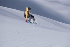 Snowboard jeźdza doskakiwanie na górach Krańcowy snowboard sport Zdjęcia Royalty Free