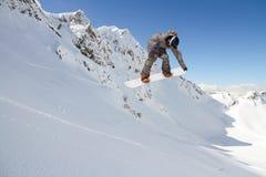 Snowboard jeźdza doskakiwanie na górach Krańcowy snowboard sport Obrazy Royalty Free