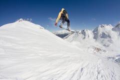Snowboard jeźdza doskakiwanie na górach Krańcowy snowboard sport Obrazy Stock