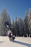 Snowboard in montagne Fotografie Stock Libere da Diritti