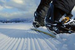 Snowboard på ny spårnärbildbaksida Arkivbilder