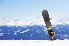 Snowboard på berg Arkivbild