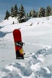 Snowboard pegado en la nieve Imagen de archivo libre de regalías