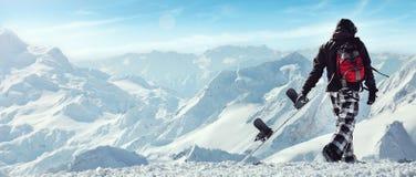 Snowboard som är freerider i bergen Arkivbilder