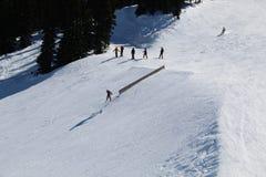 Snowboard springt Pfeifer BC Kanada lizenzfreie stockfotos