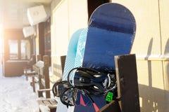 Snowboard sullo scaffale in un giorno soleggiato Stazione sciistica Fotografie Stock Libere da Diritti