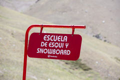 Snowboard szkoła podpisuje wewnątrz Penitentes nieba kurort, Argentyna zdjęcia stock
