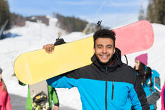 Snowboard turística Ski Resort Snow Winter Mountain Guy On Holiday sonriente feliz del hombre hispánico Fotografía de archivo libre de regalías
