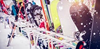 Snowboard y esquís guardados juntos Imagen de archivo