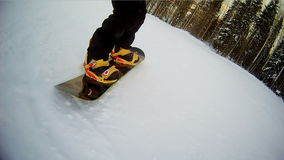 Snowboardbrettnahaufnahme Beinsnowboarder drehzahl stock footage