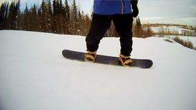 Snowboardbrettnahaufnahme Beinsnowboarder drehzahl stock video