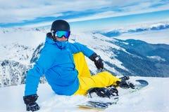 Snowboarde sur la pente Photographie stock