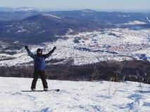 Snowboarder överst av berget Fotografering för Bildbyråer