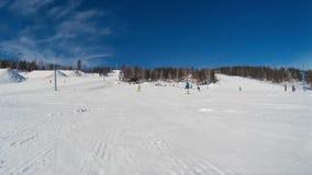 Snowboarder überholen stock footage