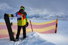 Snowboarder δίπλα στην ασφάλεια πλέγματος χωρισμάτων Στοκ εικόνα με δικαίωμα ελεύθερης χρήσης