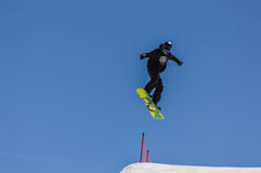 Snowboarder που απολαμβάνει τα τρεξίματα και τα άλματα στο χιόνι άνοιξη ` s στο τέλος Στοκ φωτογραφίες με δικαίωμα ελεύθερης χρήσης