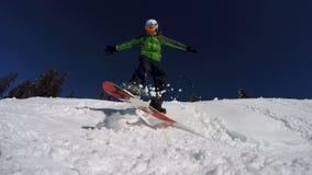 Snowboarder που εκτελεί τις ακροβατικές επιδείξεις απόθεμα βίντεο