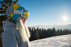 Snowboarder που εξερευνά τα χιονώδη βουνά Στοκ φωτογραφία με δικαίωμα ελεύθερης χρήσης