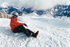Snowboarder που θαυμάζει τη ζαλίζοντας άποψη Στοκ φωτογραφία με δικαίωμα ελεύθερης χρήσης