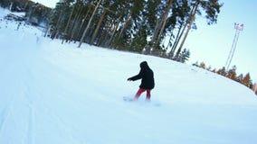 Snowboarder που κάνει μια ακροβατική επίδειξη στο πάρκο απόθεμα βίντεο