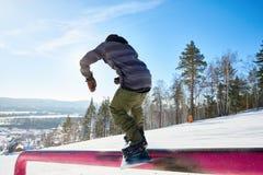 Snowboarder που οδηγά στη ράγα στοκ εικόνες