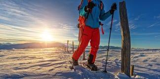 Snowboarder που περπατά στα πλέγματα σχήματος ρακέτας στο χιόνι σκονών στοκ φωτογραφία με δικαίωμα ελεύθερης χρήσης