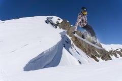 Snowboarder που πηδά στα βουνά Ακραίος αθλητισμός freeride σνόουμπορντ Στοκ φωτογραφίες με δικαίωμα ελεύθερης χρήσης