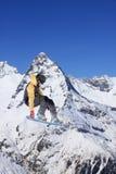 Snowboarder που πηδά στα βουνά Ακραίος αθλητισμός freeride σνόουμπορντ Στοκ Φωτογραφία