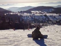 Snowboarder που προετοιμάζεται στην κλίση στοκ εικόνες