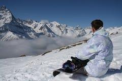 Snowboarder σε ένα υπόβαθρο των βουνών Στοκ Εικόνες