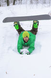 Snowboarder στα φωτεινά ενδύματα που θέτουν με ένα σνόουμπορντ Στοκ φωτογραφία με δικαίωμα ελεύθερης χρήσης